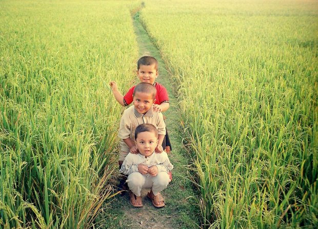 Bangladesh_-_children_in_field